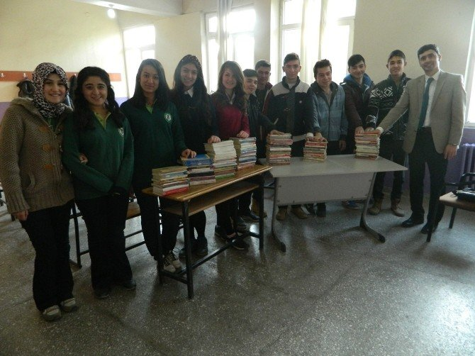 Kula Anadolu Lisesi'nden Ortaokula Kitap Desteği