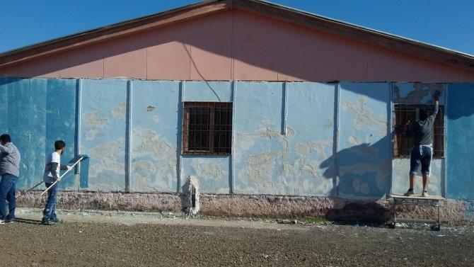 Mardin'de üniversite öğrencileri okul boyadı