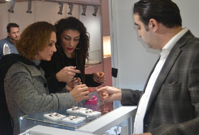 300 liraya tektaş ve kolye ucu Kadıköy'de görücüye çıktı