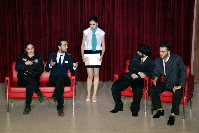 Tiyatro Topluluğunun Oyunu Büyük İlgi Gördü
