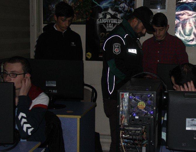 Bilgisayar Oyunundan Başlarını Kaldıramadılar