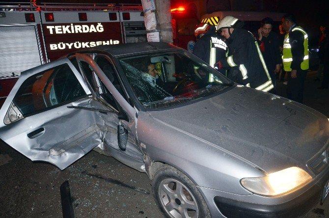 Ehliyetsiz Sürücünün Çarptığı Otomobilin Sürücüsü Araçta Sıkıştı