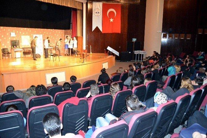ERÜ'de Kuaförde Bir Gün İsimli Tiyatro Sahnelendi