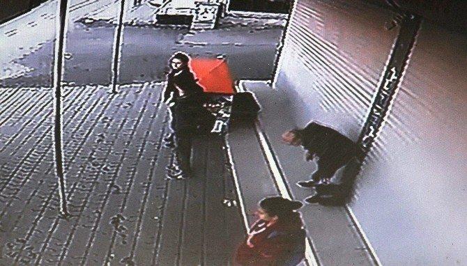 Yaşlı Adamın Kaldırımda Ölümü Kameraya Yansıdı