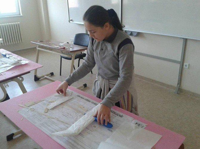 Öğrenciler Model Uçak Yapıyor