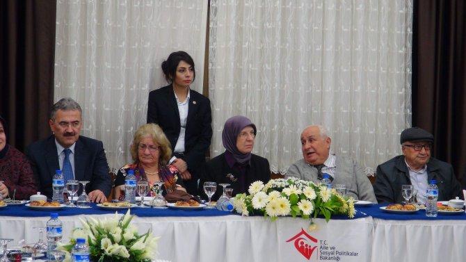 Bakan Ramazanoğlu'nu küçük efeler ve yaşlı solistler karşıladı