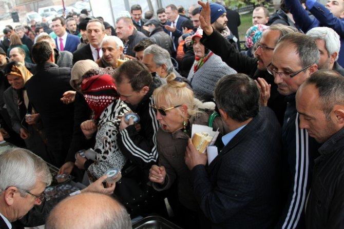 Bursa'da bedava hamsi izdihamı