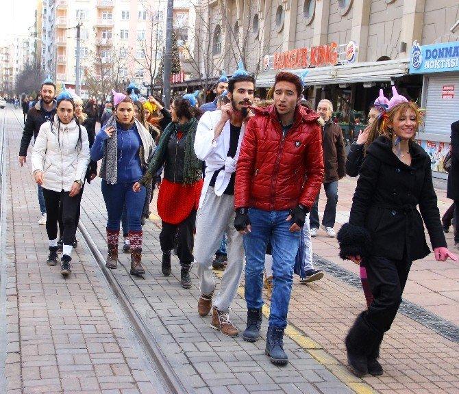Deli Taklidi Yapan Sanatçıların Sokak Gösterisi