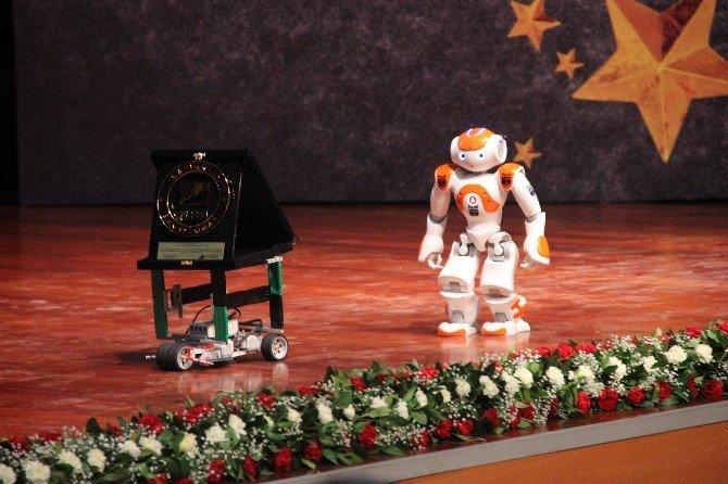 Ödülü Sahneye Robot Getirdi