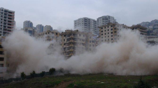Bina dinamitle yıkılmayınca bakan alandan ayrıldı