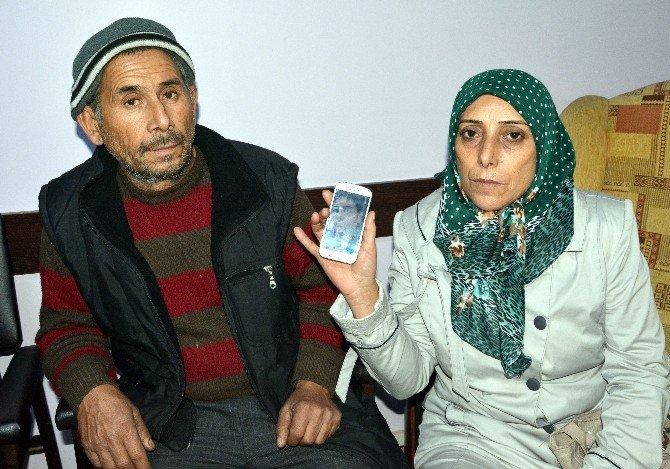 Gözü Yaşlı Anne Ve Baba, Kayıp Kızlarını Arıyor