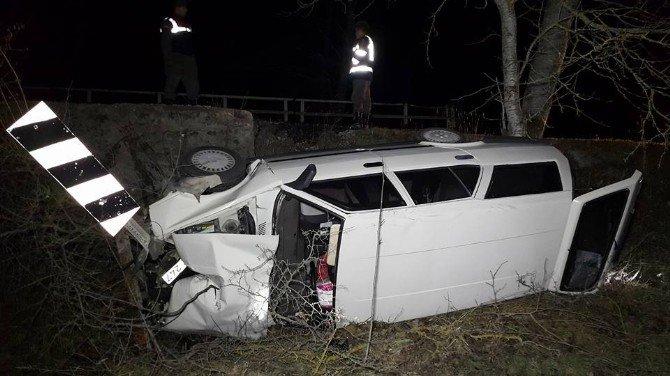 Virajı Alamayan Araç Şarampole Yuvarlandı: 3 Yaralı