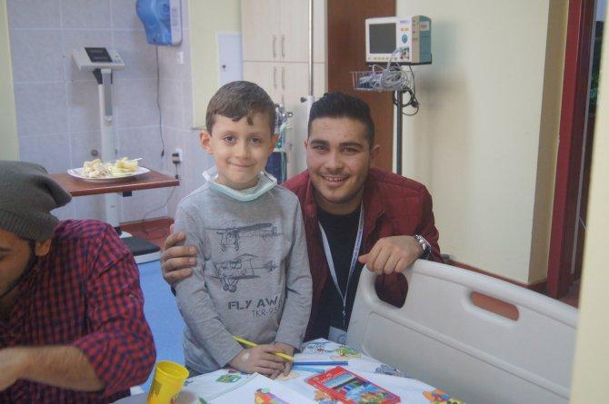 Hasta çocuklara hediyelerle moral verdiler