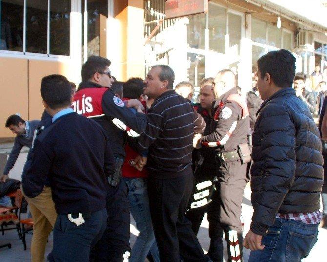 Olay Yerinde İnceleme Yapan Polislerle 4 Şahıs Arasında Arbede
