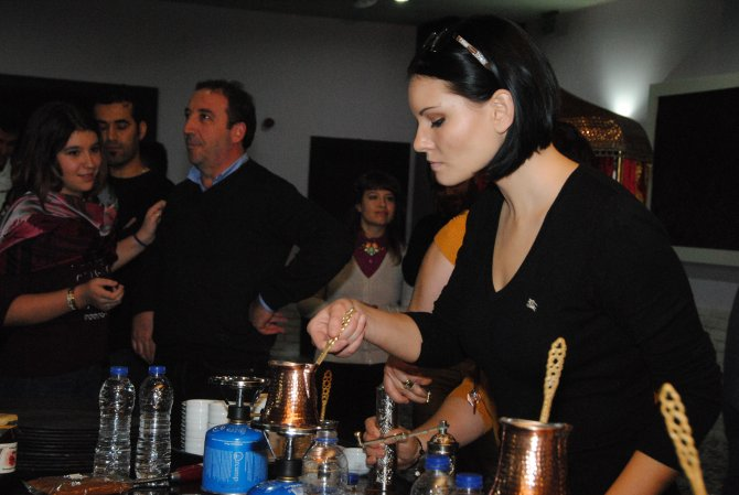 Rus gelinler iki ülke dostluğu için kahve pişirdi