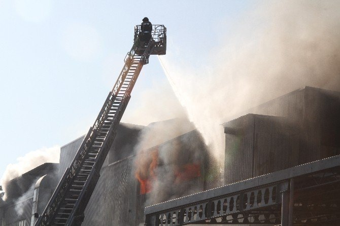Bursa'da Tekstil Fabrikasındaki Yangın Devam Ediyor