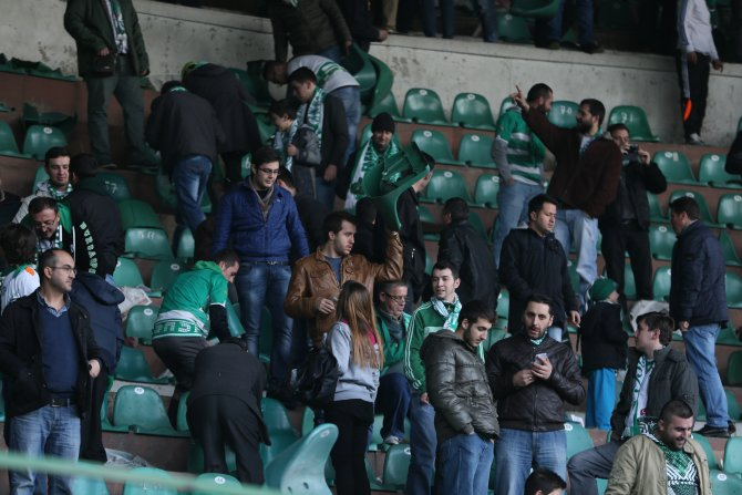 Bursaspor taraftarları, hatıra için koltuk söktü