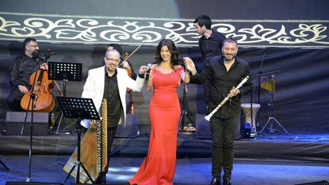 Mersin Türk Festivali'nde Hüsnü Şenlendirici sahne aldı