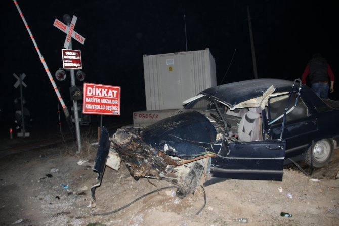 Çankırı'da otomobil, trene çarptı: 3 yaralı