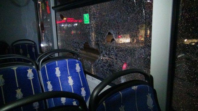 Kartal'da yol kapatan eylemciler belediye otobüsüne zarar verdi