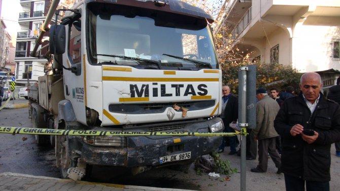 Harç mikserin freni boşaldı: 15 araç zarar gördü, 3 kişi yaralandı