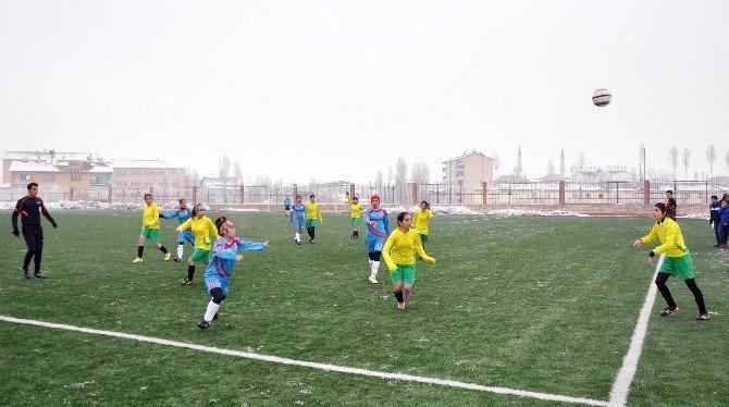 Bayan Futbolcuların Soğukla İmtihanı