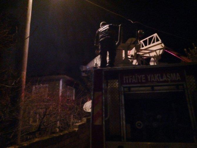Pamukova'da iki katlı ev yandı