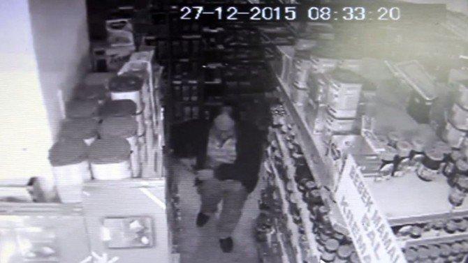Marketten Bal Ve Salça Çalarken Kameraya Yakalandı