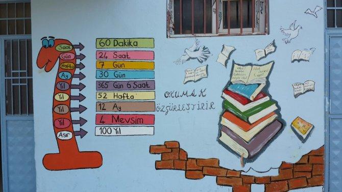Öğretmenler ve öğrenciler, okul boyadı