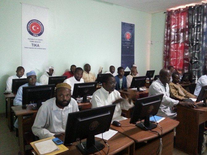 Kamerun'da Acec Derneğinin Kültür Merkezine Bilgisayar Sınıfı Kuruldu