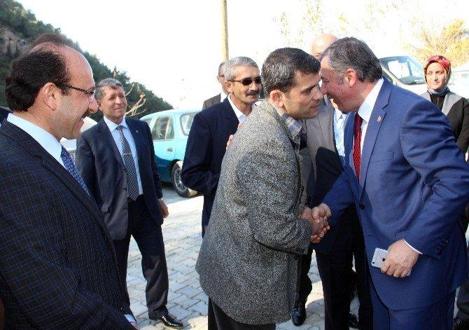 AK Parti'ye Adadığı 50 Koyunu Suriye'deki Türkmenlere Bağışladı