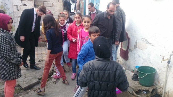 Salkımbağlı minikler Suriyeli kardeşlerini unutmadı