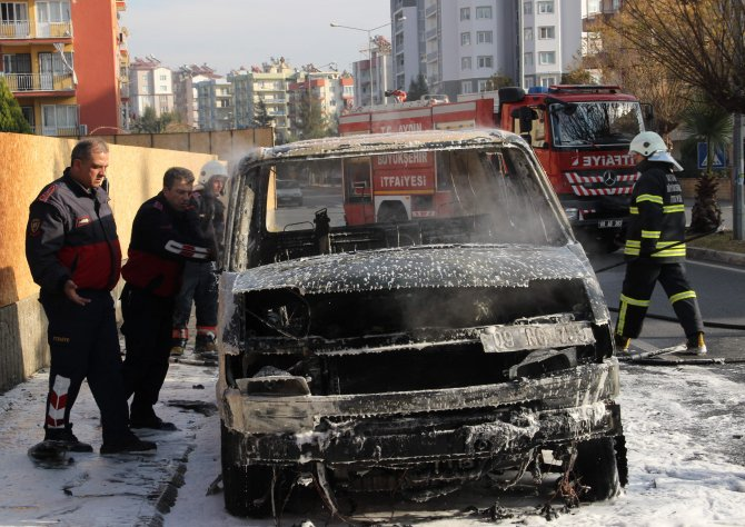 Seyir halindeki araba yandı