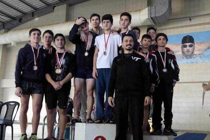 Aydın'ın En İyi Yüzücüleri Ödüllendirildi
