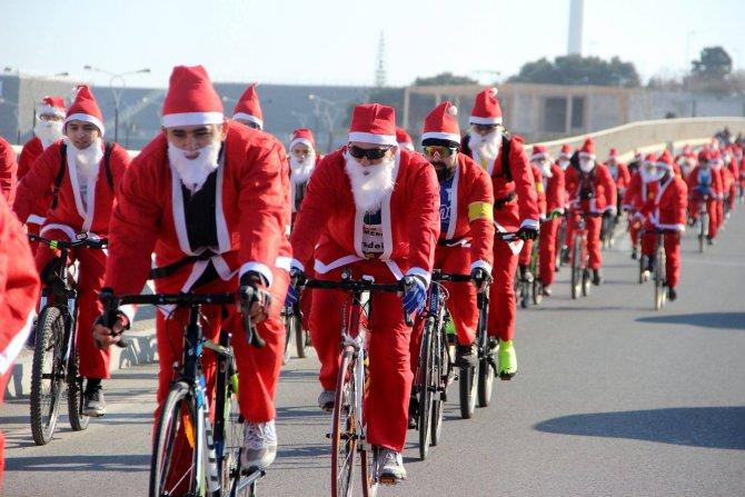 Azerbaycan'da Noel babalı bisiklet turu