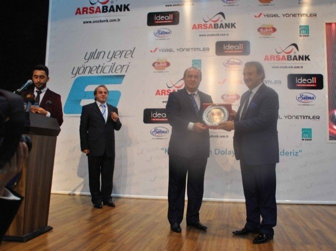 """Başkan Uzuner , """"Yılın Yerel Yöneticisi"""" Ödülünü Aldı"""