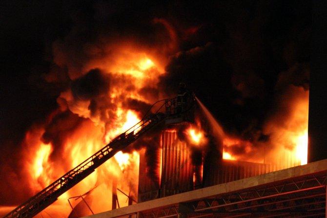 Bursa'da tekstil fabrikası 15 saattir yanıyor, İstanbul'dan takviye geliyor