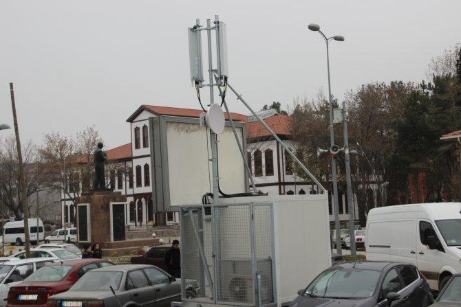 Belediye otoparkında bekletilen seyyar baz istasyonu tepki çekti