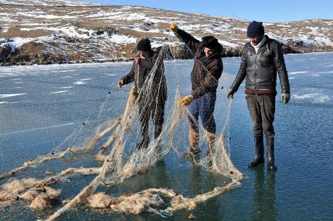 Ekmeklerini 1,5 Metre Buzu Delerek Eksi 20 Derece Soğukta Gölden Çıkarıyorlar