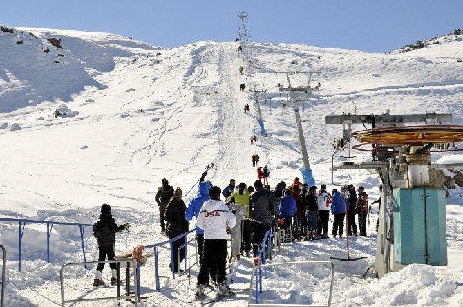Hakkari'de Öğretmenlerin Kayak Keyfi