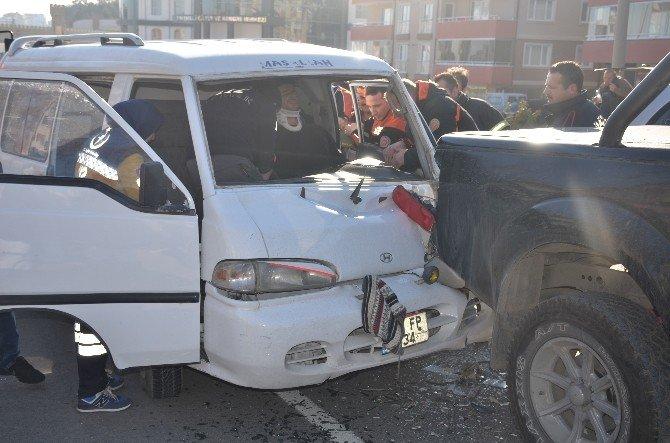 Sürücünün Araçta Sıkıştığı Trafik Kazasında 3 Kişi Yaralandı