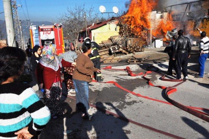 Çocukların ısınmak için yaktığı ateş üç evi kül etti