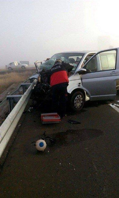 Minibüs İş Makinesine Çarptı: 7 Yaralı