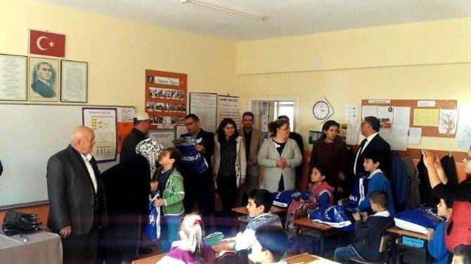 Sarıgöl'de Dar Gelirli Öğrencilere Mont Ve Ayakkabı Yardımı