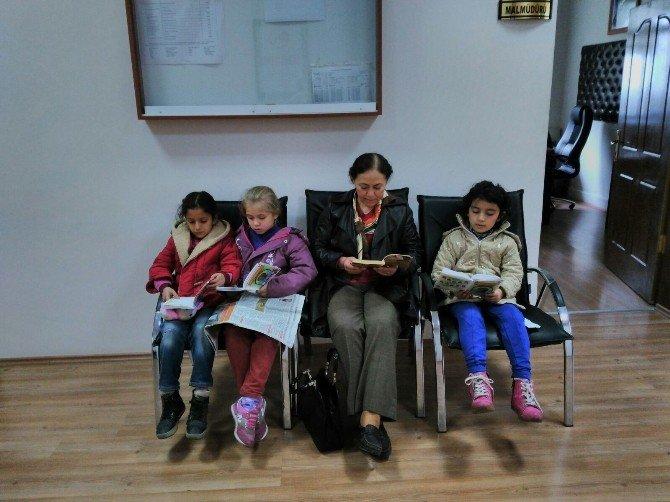 Minik Öğrencilerin Kitap Okuma Aşkı