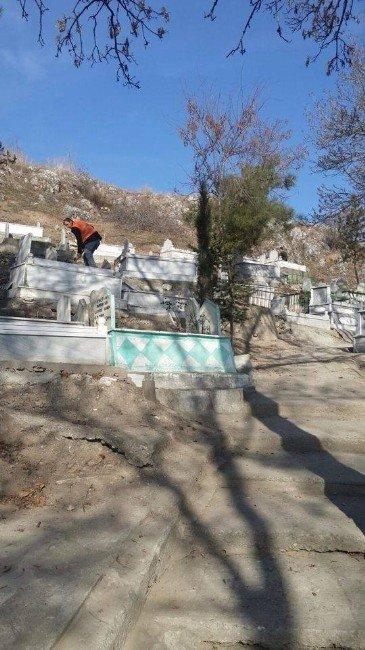 Turhal'da Mezarlıklar Temizleniyor