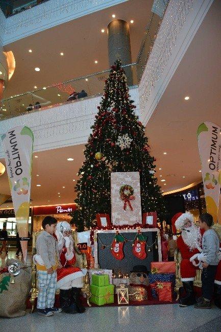 Noel Baba Çocuklara Yılbaşı Hediyesi Dağıttı