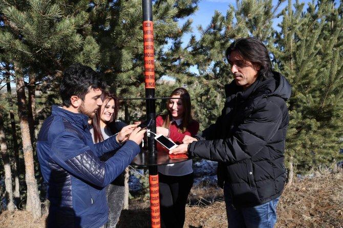 Üniversite öğrencileri güneş enerjisi ile cep telefonlarını şarj ediyor