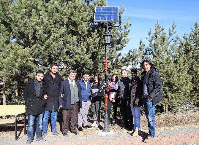 Yozgat'ta Üniversite Öğrencileri Telefonlarını Güneş Enerjisiyle Şarj Ediyor