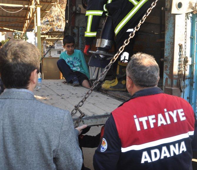 Sıra taşıyan öğrencinin ayağı kamyonet kasasına sıkıştı